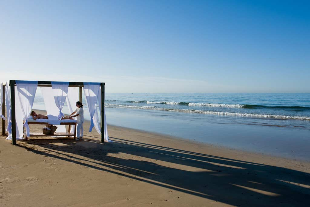 stage de yoga à Agadir intensif au Maroc - retraite de yoga à Taghazout paradis plage - massage sur la plage