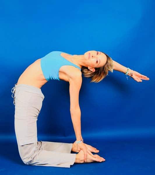 posture-de-yoga-arriere-dynamisante-pratique-yoga-hivernale-2
