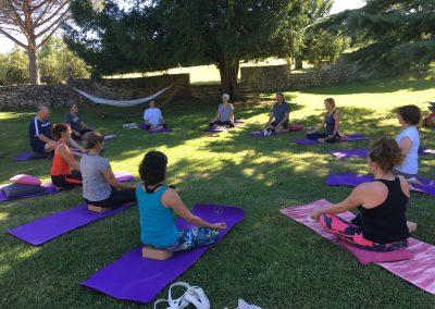 retraite-yoga-cahors-stage-yoga-intensif-été-domaine-de-labarthe-stephanie-billard-yoga-exterieur